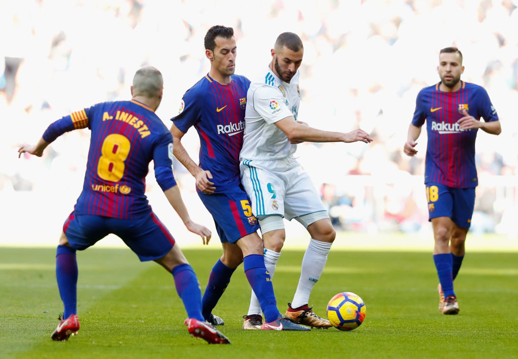 MADRID, SPAIN - DECEMBER 23:  Karim Benzema of Real Madrid is challenged by Sergio Busquets of Barcelona during the La Liga match between Real Madrid and Barcelona at Estadio Santiago Bernabeu on December 23, 2017 in Madrid, Spain.  (Photo by Gonzalo Arroyo Moreno/Getty Images)