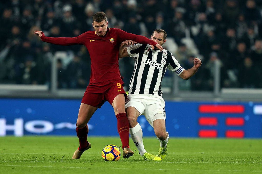 TURIN, ITALY - DECEMBER 23: Giorgio Chiellini of Juventus battles for the ball with Edin Dzeko of AS Roma during the serie A match between Juventus and AS Roma at the Alliannz Stadium on December 23, 2017 in Turin, Italy.  (Photo by Gabriele Maltinti/Getty Images)