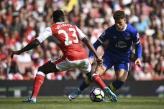 Everton's English midfielder Ross Barkley (R) takes on Arsenal's English striker Danny Welbeck (L) during the English Premier League football match between Arsenal and Everton at the Emirates Stadium in London on May 21, 2017.  / AFP PHOTO / Justin TALLIS / RESTRICTED TO EDITORIAL USE. No use with unauthorized audio, video, data, fixture lists, club/league logos or 'live' services. Online in-match use limited to 75 images, no video emulation. No use in betting, games or single club/league/player publications.  /