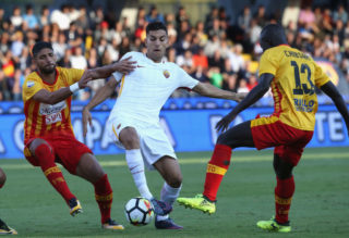 BENEVENTO, ITALY - SEPTEMBER 20:  Achraf Lazaar (L) of Benevento competes for the ball with Lorenzo Pellegrini of Roma during the Serie A match between Benevento Calcio and AS Roma at Stadio Ciro Vigorito on September 20, 2017 in Benevento, Italy.  (Photo by Maurizio Lagana/Getty Images)