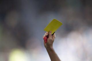 Feature, Hand zeigt die gelbe Karte, referee, Pfeife, Verwarnung,  Fussball . Bundesliga, 12. Spieltag, MSV Duisburg (DU) - Union Berlin 1:1, am 29.10.2017 in Duisburg/ Germany. |usage worldwide