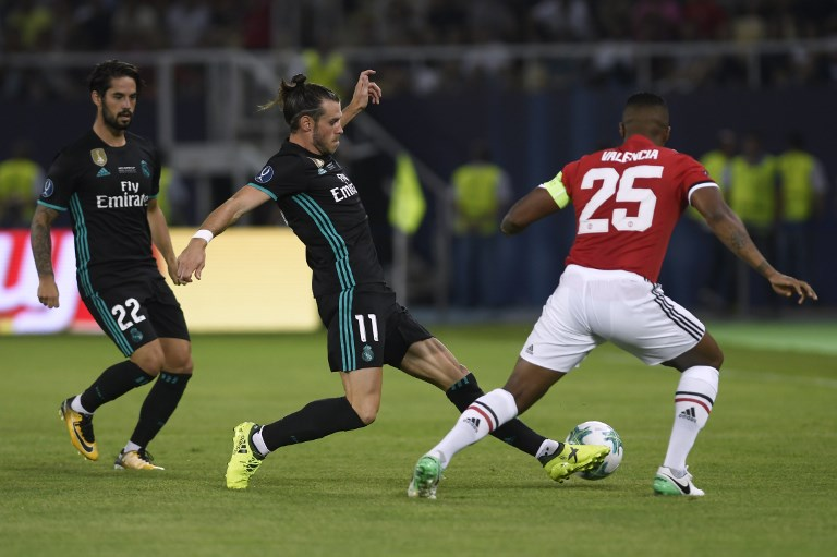 Real Madrid's Welsh forward Gareth Bale (C) drives the ball next to Real Madrid's Spanish midfielder Isco (L) during the UEFA Super Cup football match between Real Madrid and Manchester United on August 8, 2017, at the Philip II Arena in Skopje. / AFP PHOTO / Nikolay DOYCHINOV