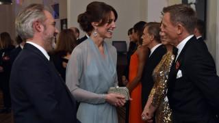 London, 2015. október 26. Katalin cambridge-i hercegnõ, Vilmos cambridge-i hercegnek, a brit trónörökös elsõszülött fiának felesége beszélget Daniel Craig angol színésszel (j) és Sam Mendes angol rendezõvel a legújabb James Bond-film, A Fantom visszatér (Spectre) világpremierje elõtt a londoni Royal Albert Hallban 2015. október 26-án. (MTI/AP/Pool/Alan Davidson)