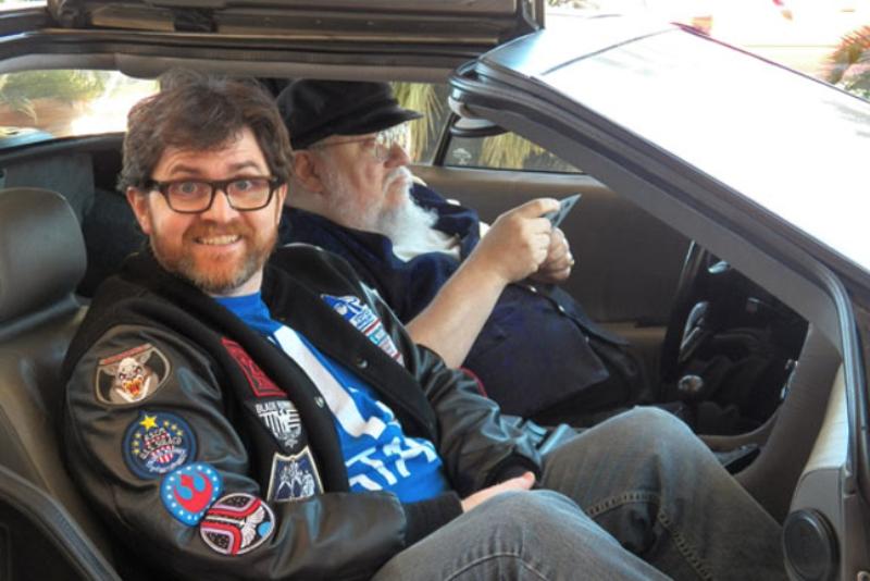 Ernest Cline és George R.R. Martin egy DeLoreanben ülnek.