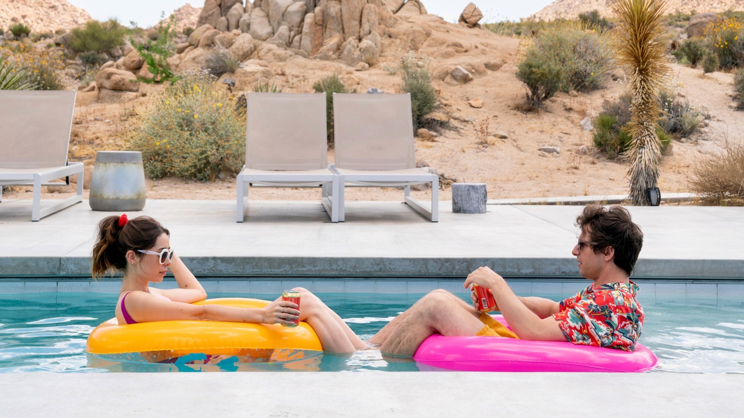 Palm Springs - Nyles és Sarah a medencében