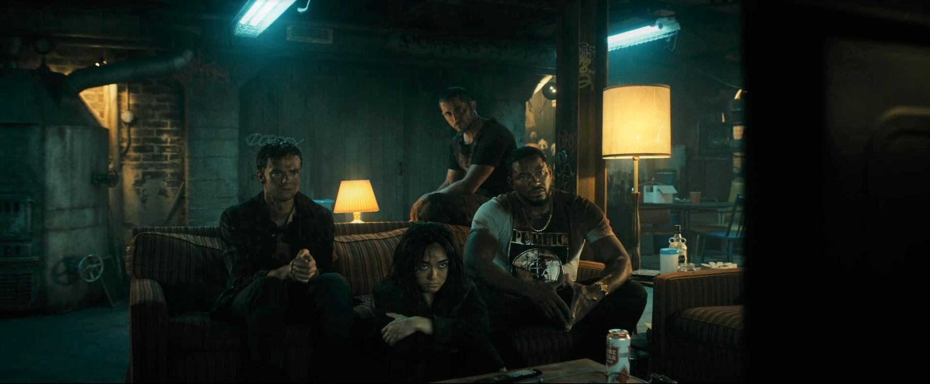A fiúk éppen a tévét nézik.