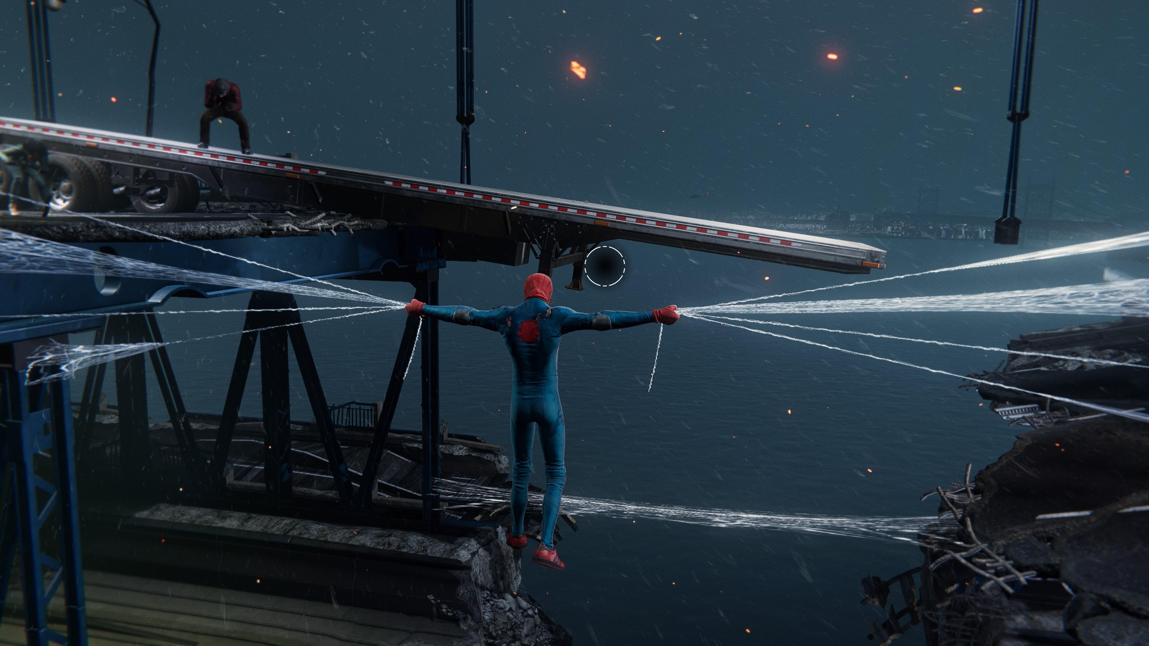 Miles Morales hálóval tart egy összeomló hidat