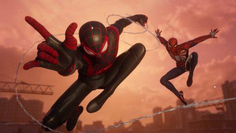 Miles Morales és Pókember együtt hálóhintáznak