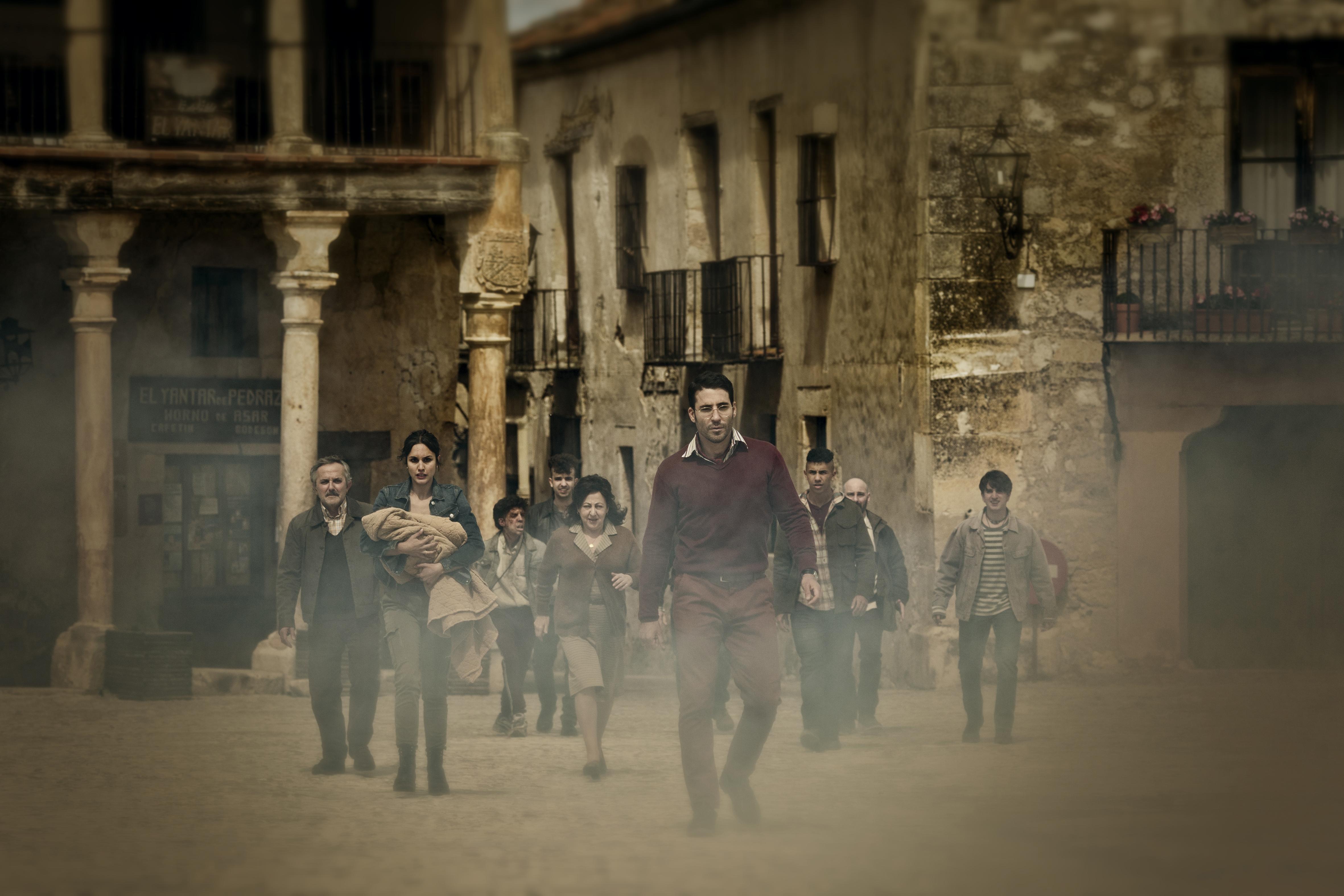 Paco és a falu népe viszik a gyereket a paphoz