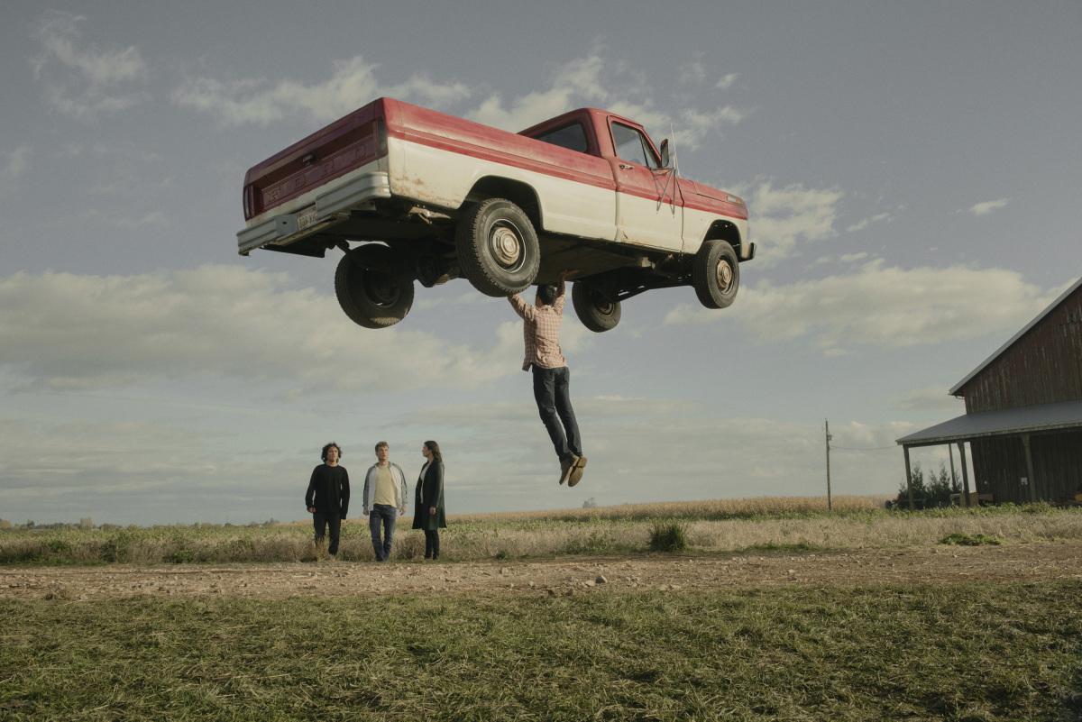 Superman egy autót emel a magasba a Superman es loisban