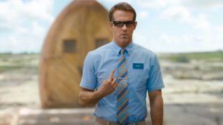 Ryan Reynolds Guyként magára mutat