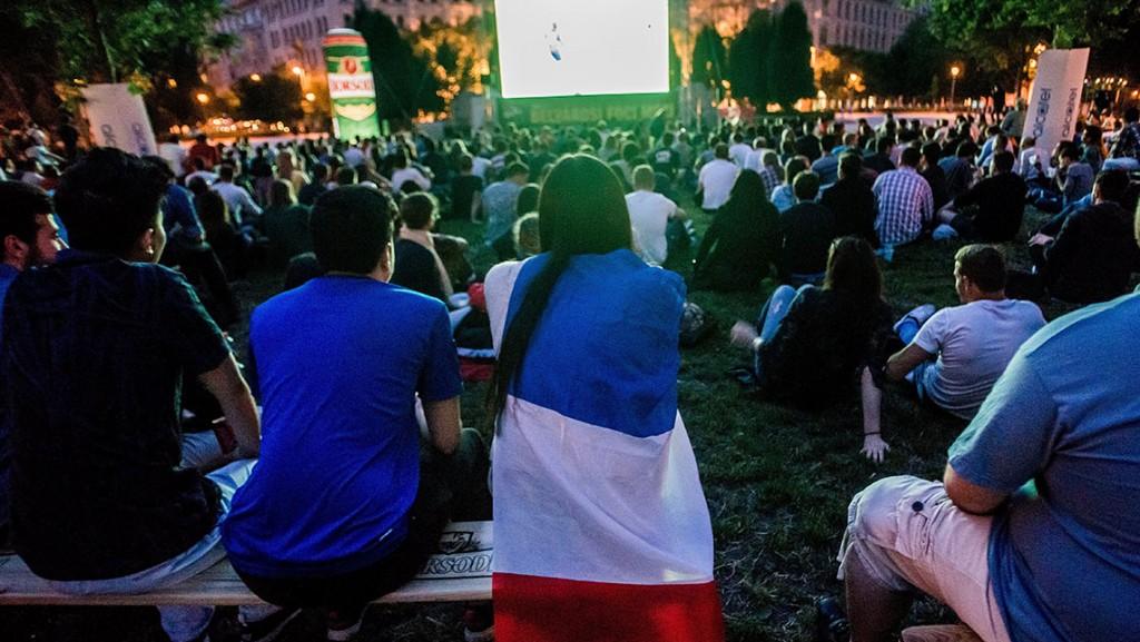 Budapest, 2016. június 10.A 2016-os franciaországi labdarúgó Európa-bajnokság Franciaország-Románia mérkőzését néző szurkolók Budapesten, a Szabadság téren 2016. június 10-én.MTI Fotó: Balogh Zoltán