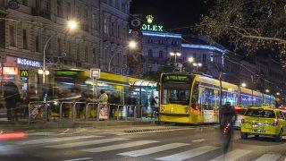 Budapest, 2015. november 19.Esti forgalom a főváros VI. kerületében a Teréz körúton. Az Oktogon térnél egy alacsonypadlós  Combino villamos áll a villamosmegállóban.MTVA/Bizományosi: Róka László ***************************Kedves Felhasználó!Ez a fotó nem a Duna Médiaszolgáltató Zrt./MTI által készített és kiadott fényképfelvétel, így harmadik személy által támasztott bárminemű – különösen szerzői jogi, szomszédos jogi és személyiségi jogi – igényért a fotó készítője közvetlenül maga áll helyt, az MTVA felelőssége e körben kizárt.